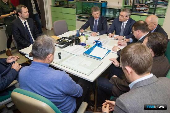 Глава Сахалинской области Олег Кожемяко обсудил с представителями крупных и средних рыбопромышленных предприятий ситуацию с ценами на продукцию. Фото пресс-службы правительства региона