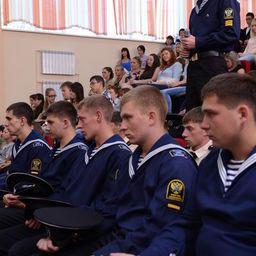 Учащихся Дальрыбвтуза интересовали перспективы трудоустройства и карьерного роста в рыбной отрасли, а также развитие рыбохозяйственной науки. Фото центра общественных связей ФАР