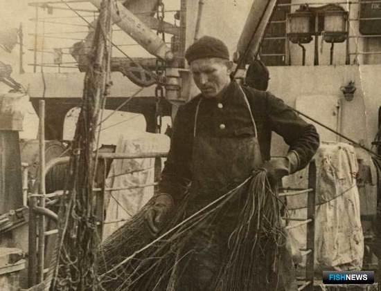 Автор осваивает новую рыбацкую специальность - распутчика сетей