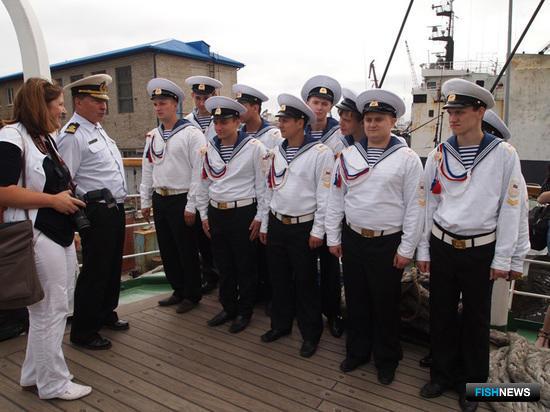 Капитан «Паллады» Николай Зорченко общается с курсантами