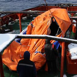 На борт подняли спасательный плот. Фото сделано членами экипажа