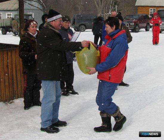 Награждение чемпионки в индивидуальном зачете среди женщин преподавателя ВМРК Валентины КАРПИНСКОЙ