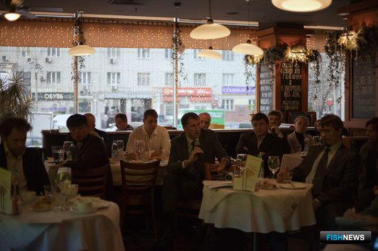 Вице-президент Ассоциации «Рыбопромышленный холдинг Карат» по международным вопросам Сергей СЕННИКОВ (в центре)