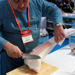 Новый продукт – Siberian sashimi, или строганину из макруруса, предложили попробовать гостям российского стенда на выставке в Циндао