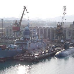 Многоцелевой сторожевой корабль ближней морской зоны (корвет) проекта 20380 «Совершенный» и дизель-электрическая подводная лодка «Комсомольск-на-Амуре» на достроечной базе в городе Большой Камень. Построены на ПАО «Амурский судостроительный завод»