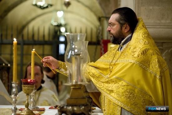 Божественная литургия в крипте базилики Николая Мирликийского. Фото Александра Кучерука.