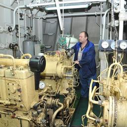 Старший механик Александр УЛЬЯНИЧЕВ показывает журналистам машинное отделение
