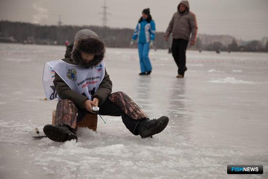 Юные любители зимней рыбалки соревновались в специальной «детской зоне»