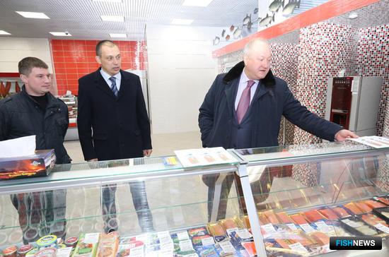 С предлагаемым ассортиментом ознакомился губернатор Владимир Илюхин. Фото Виктора Гуменюка