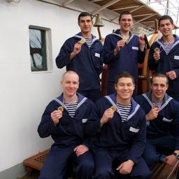Курсантам, участвующим в рейсе «Крузенштерна», вручили медали за победу в гонках на шлюпках. Фото пресс-службы БГАРФ