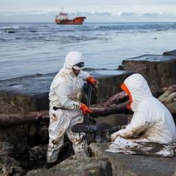 Ведется сбор разлитых нефтепродуктов. Фото пресс-службы правительства Сахалинской области