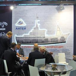 Переговоры на стенде холдинга «Антей»