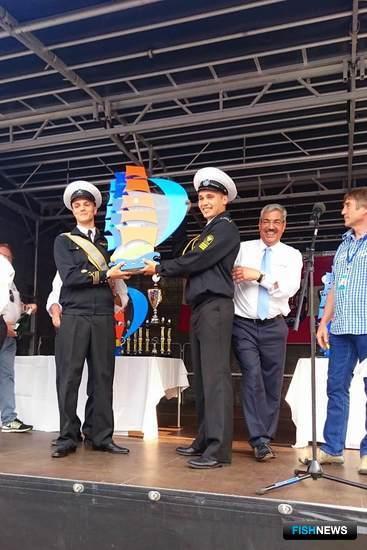За победы в соревнованиях экипажу «Крузенштерна» вручили большой приз. Фото пресс-службы БГАРФ