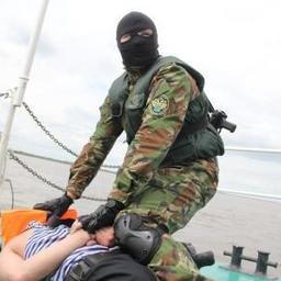 Сотрудники речного отдела и специального отряда быстрого реагирования Хабаровской таможни остановили, задержали и досмотрели условного нарушителя на Амуре. Фото пресс-службы Хабаровской таможни.