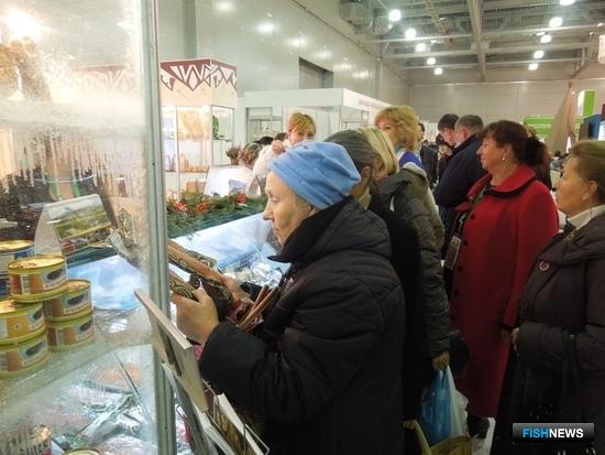 Уже в первый день работы выставки у стенда Камчатского края собралось большое количество посетителей. Фото пресс-службы правительства региона