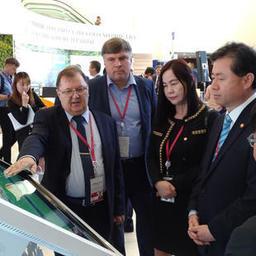 Генеральный директор АО «Дальневосточный аукционный рыбный дом» Сергей ЛЕЛЮХИН демонстрирует электронные биржевые торги рыбопродукцией на ВЭФ