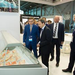Исполнительный директор СЗРК Сергей НЕСВЕТОВ демонстрирует вице-премьеру Аркадию Дворковичу крабовую продукцию СЗРК на Выставке рыбной индустрии в Санкт-Петербурге