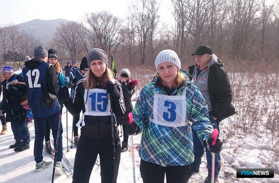 Ольга МАРУНИЧ и Елена КАШИЦЫНА (Дальрыба) перед выходом на лыжню