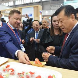 Замминистра Минсельхоза КНР ЮЙ Канчжэнь распробовал российскую икру минтая