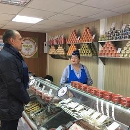 Зампред правительства Камчатки Владимир ИЛЮХИН посетил новый рыбный магазин в городе Елизово. Фото пресс-службы правительства края