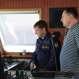 Руководитель Федерального агентства по рыболовству Илья ШЕСТАКОВ и заместитель руководителя Петр САВЧУК на борту траулера «Асбьорн»
