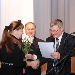 Владимир Нагорный награждает активистов профсоюзного движения