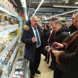 Заместитель председателя правительства островного региона Игорь БЫСТРОВ демонстрирует гостям, как на практике реализуется проект «Доступная рыба»