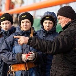 Старший боцман Николай Козлов и курсантки МГТУ. Фото Александра Кучерука.