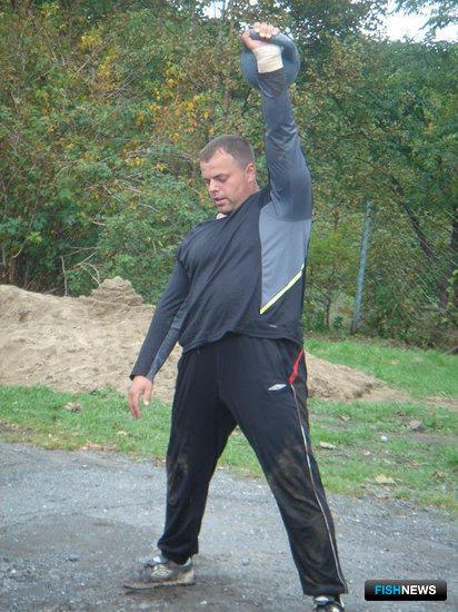 Геркулес из Находкинского морского рыбного порта Игорь Козейчук поднял 24-кг гирю 55 раз