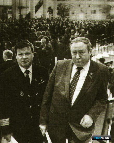 Делегаты съезда КПСС капитан Юрий ВОЛКОВ и министр рыбной промышленности  Николай КОТЛЯР