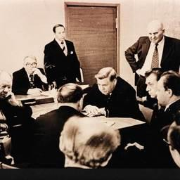 Министр рыбной промышленности СССР А. Ишков (в центре) на совещании в Дальрыбе.