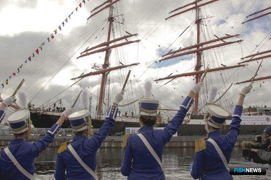 Барк «Седов» Мурманского государственного технического университета встречают в Санкт-Петербурге во время его первого кругосветного плавания