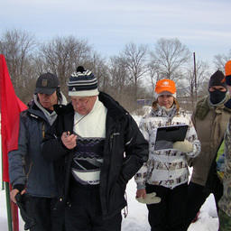 Группа на старте внимательно следит за результатами лыжников