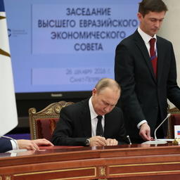Президент Владимир ПУТИН подписывает Таможенный кодекс Евразийского экономического союза. Фото пресс-службы ЕЭК