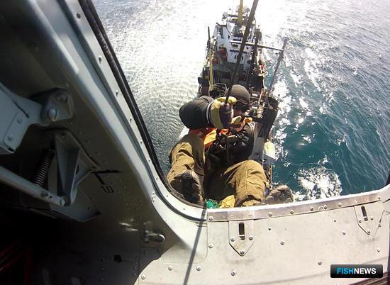 Для задержания двух нелегальных «подфлажников»-краболовов в Охотском море пограничникам пришлось высаживать досмотровые группы с вертолета. Фото пресс-службы ПУ ФСБ России по восточному арктическому региону