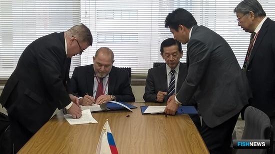 По итогам совещания обеими сторонами парафирован протокол. Фото пресс-службы СахНИРО