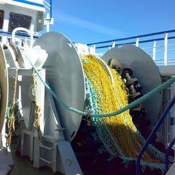 Ж) Кормовой траулер-морозильщик 31,7 х 10,4 м и обьемом трюма 343 куб.м (190 тонн мороженных блоков). Судно укомплектовано оборудованием для сортировки, мойки, разделки и взвешивания рыбы и ее заморозки обьемом 32 тонны/сутки.