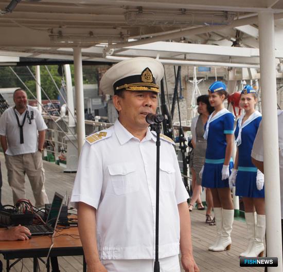 Ректор Дальрыбвтуза Георгий Ким говорит поздравительную речь