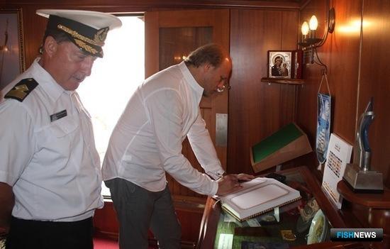 Перед отходом «Паллады» Евгений Томихин оставил запись в книге почетных гостей. Фото центра общественных связей Росрыболовства