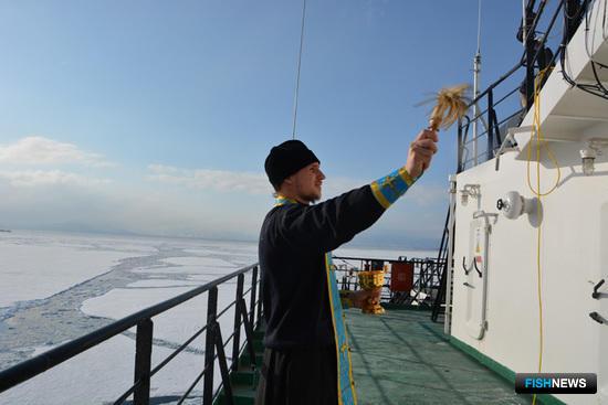 Священник Михаил освятил капитанский мостик, палубу, каюты, камбуз и машинное отделение