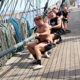 На борту прошли соревнования по перетягиванию каната. Фото информационно-аналитического отдела Дальрыбвтуза.