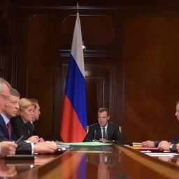 О подписании постановлений по инвестквотам премьер Дмитрий Медведев сообщил на совещании со своими заместителями 29 мая. Фото пресс-службы правительства
