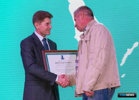 Губернатор Олег КОЖЕМЯКО вручил рыбакам отраслевые награды, почетные грамоты и благодарственные письма. Фото пресс-службы правительства Сахалинской области