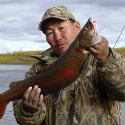 Рыбак с хариусом в Якутии. Фото с сайта VisitYakutia.com