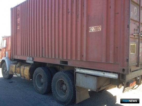 В металлическом фургоне КамАЗа стражи порядка обнаружили рыбу частиковых видов. Фото пресс-службы УМВД России по Астраханской области