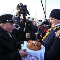 Сошедшего с трапа капитана встретили хлебом-солью