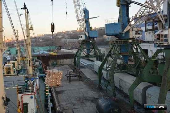 Сельдь «Океанрыбфлота» в порту Владивостока