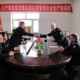 По итогам совместного контроля на Амуре и Уссури представители Китая и России подписали протокол. Фото пресс-службы Амурского теруправления Росрыболовства
