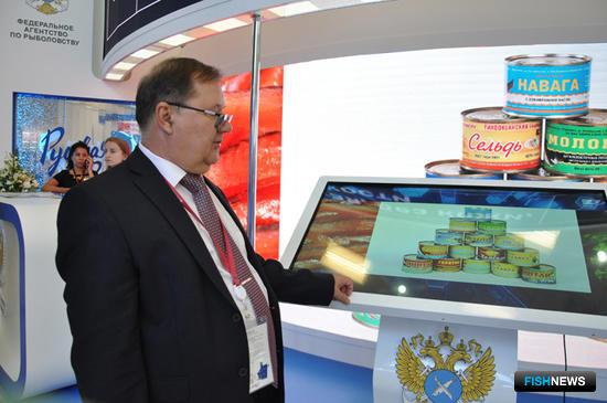 Генеральный директор АО «Дальневосточный аукционный рыбный дом» Сергей ЛЕЛЮХИН демонстрирует фото продукции