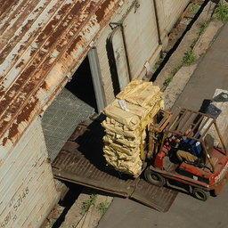 Погрузка рыбы в вагон в порту Владивостока
